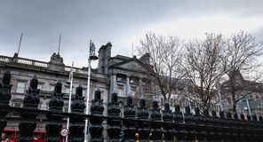 Atm?sfera arquitect?nica del detalle y de la calle delante del banco de Ulster en Dubl?n foto de archivo