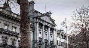 Atm?sfera arquitect?nica del detalle y de la calle delante del banco de Ulster en Dubl?n fotografía de archivo