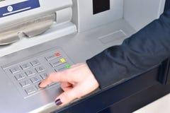 ATM - Skrivande in stiftkod royaltyfri bild