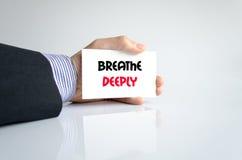 Atmen Sie tief Textkonzept Lizenzfreie Stockbilder