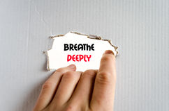 Atmen Sie tief Textkonzept Stockbilder