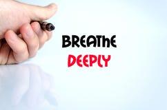 Atmen Sie tief Textkonzept Stockbild