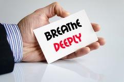 Atmen Sie tief Textkonzept Stockfoto