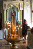 Atmosfär av kyrkan, stearinljus och gula ljus för bokeh Arkivbilder