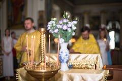 Atmosfär av kyrkan, stearinljus och gula ljus för bokeh Royaltyfria Bilder