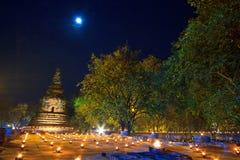 Atmosfär i buddismdag på templet Royaltyfri Foto