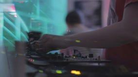 Atmosfär i nattklubben, bartenderportiondrinkar, dj som spelar musik för gäster arkivfilmer