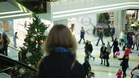 Atmosfär i shoppinggalleria för vinterferier, köpande gåvor för folk stock video