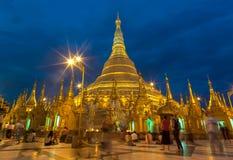 Atmosfären av den Shwedagon pagoden på Januari 7, 2011 Royaltyfri Fotografi