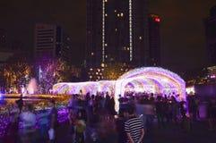 atmosfären av handelsresandebesöket LEDDE den ljusa tunnelen i den Thailand belysningfestivalen 2017 Arkivbilder