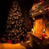 Atmosfärisk dekorerad spis med julträdet arkivbild