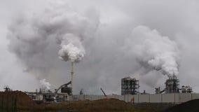 Atmosfärisk luftförorening från industriell rök nu Rörstålväxt stock video
