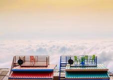 Atmosfärisk mistmossa från taket av ett hus, Phu Thap Boek, P Royaltyfria Foton