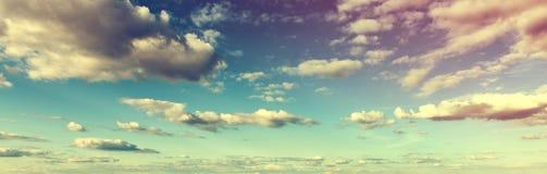 Atmosfärisk tonad skyscape med moln Arkivfoto