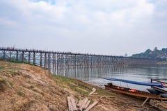 Atmosf?ren av den m?ndag bron, den l?ngsta tr?bron i Thailand - 20 April 2019 royaltyfria bilder