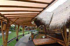 Atmosf?rinsidan av restaurangen, byggnaden som g?ras av bambu royaltyfria foton