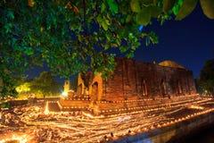 Atmosfeer in Boeddhismedag bij de tempel Royalty-vrije Stock Afbeeldingen