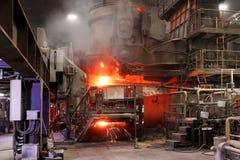 Atmosfeer van staal producerende oven in uitsmeltingsstaalfabriek royalty-vrije stock fotografie