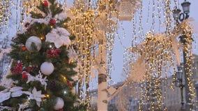 atmosfera świąteczna Boże Narodzenie zabawki wiesza na drzewie W tle, żółta iluminacja jest z ostrości, ozdabia zbiory wideo