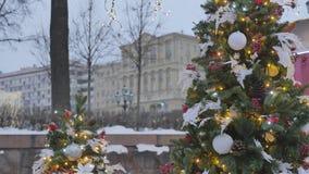 atmosfera świąteczna Boże Narodzenie zabawki wiesza na drzewie W tle, żółta iluminacja jest z ostrości, ozdabia zdjęcie wideo