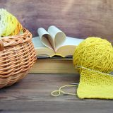 Atmosfera acolhedor da mola com tricotagem manual do processo, conceito de DIY foto de stock