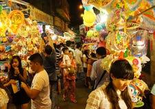 Atmosfera aglomerada, rua da lanterna na noite Fotos de Stock