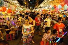 Atmosfera aglomerada, rua da lanterna na noite Foto de Stock