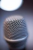Atmosfera alta del blu del dettaglio di fine di macro del microfono Immagini Stock