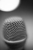 Atmosfera in bianco e nero del dettaglio alto di fine di macro del microfono Immagine Stock
