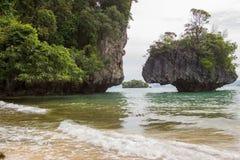 Atmosfera claro da água do mar, a agradável e a obscuro em Phak Bia Island, distrito do Ao Luek, Krabi, Tailândia foto de stock