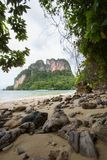 Atmosfera claro da água do mar, a agradável e a obscuro em Phak Bia Island, distrito do Ao Luek, Krabi, Tailândia imagens de stock royalty free