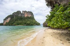 Atmosfera claro da água do mar, a agradável e a obscuro em Phak Bia Island, distrito do Ao Luek, Krabi, Tailândia imagem de stock