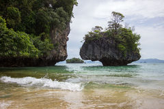 Atmosfera claro da água do mar, a agradável e a obscuro em Phak Bia Island, distrito do Ao Luek, Krabi, Tailândia Fotografia de Stock Royalty Free