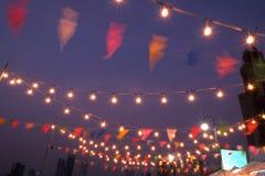 Atmosfera da noite decorada com luzes e decorações da celebração Fotografia de Stock Royalty Free