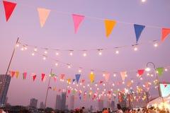 Atmosfera da noite decorada com luzes e decorações da celebração Imagem de Stock Royalty Free