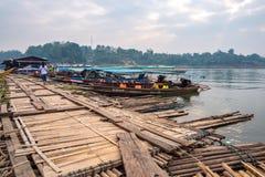 A atmosfera da ponte de segunda-feira, a ponte de madeira a mais longa em Tail?ndia - 20 de abril de 2019 imagens de stock royalty free