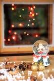 Atmosfera di Natale e una palla di vetro  Fotografie Stock Libere da Diritti