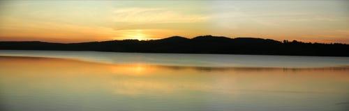 Atmosfera di sera sopra un lago Immagini Stock Libere da Diritti