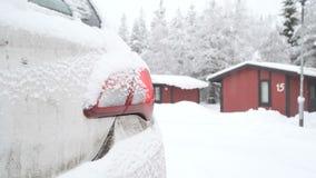 Atmosfera do acampamento do inverno Carro e casas de madeira, filme