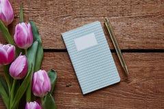 Atmosfera do caderno do diário da escrita e da mola das tulipas imagem de stock royalty free