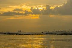 A atmosfera do mar da noite com guindastes e navios de carga Fotografia de Stock Royalty Free