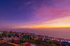 A atmosfera do recurso ao longo do monte e do roxo do céu da manhã imagem de stock
