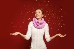 A atmosfera dos feriados de inverno disparou do modelo no estúdio Foto de Stock