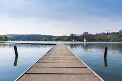 Atmosfera Envi de Sunny Lake Landscape Beautiful Idyllic do barco da doca fotografia de stock royalty free