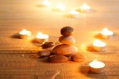 Atmosfera espiritual da pureza com as lâmpadas de óleo no templo Bala de pedra foto de stock royalty free