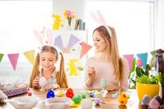 Atmosfera felice di Pasqua! Mamma divertente e graziosa che fa controllo, looki immagine stock