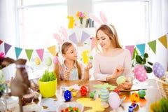 Atmosfera felice di Pasqua! Manifestazione sveglia, piccola, allegra della figlia alla c fotografia stock libera da diritti
