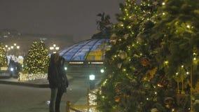 Atmosfera festiva Brinquedos do Natal que penduram na árvore E vídeos de arquivo
