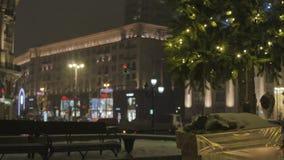 Atmosfera festiva Brinquedos do Natal que penduram na árvore E filme