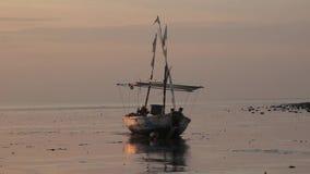 Atmosfera i łódź ten ranek na plaży zbiory wideo